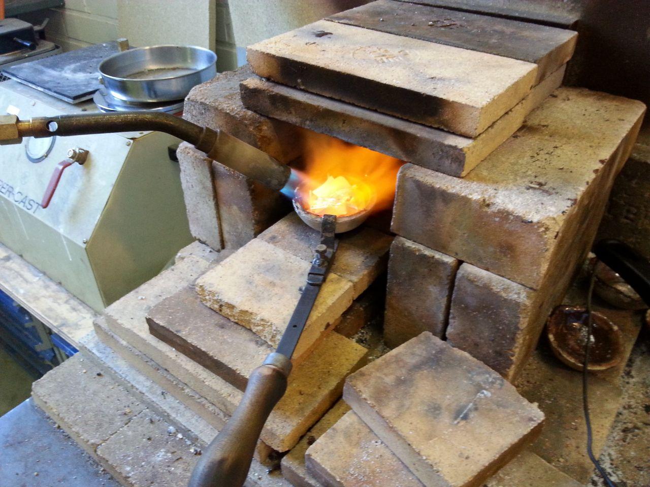 Hopean sulatus. Sitten hopealle lämpöä.